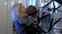Izaio (3) heeft eerste stapjes kunnen zetten met peperdure robottherapie