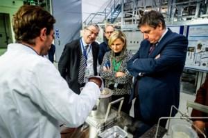 Ministers Jambon en Crevits lovend over nucleair medisch onderzoek in Mol