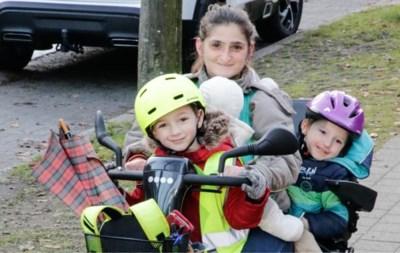 """Mama met scootmobiel is starende blikken zat: """"Alsof jonge moeders met een beperking geen recht hebben op kindergeluk"""""""