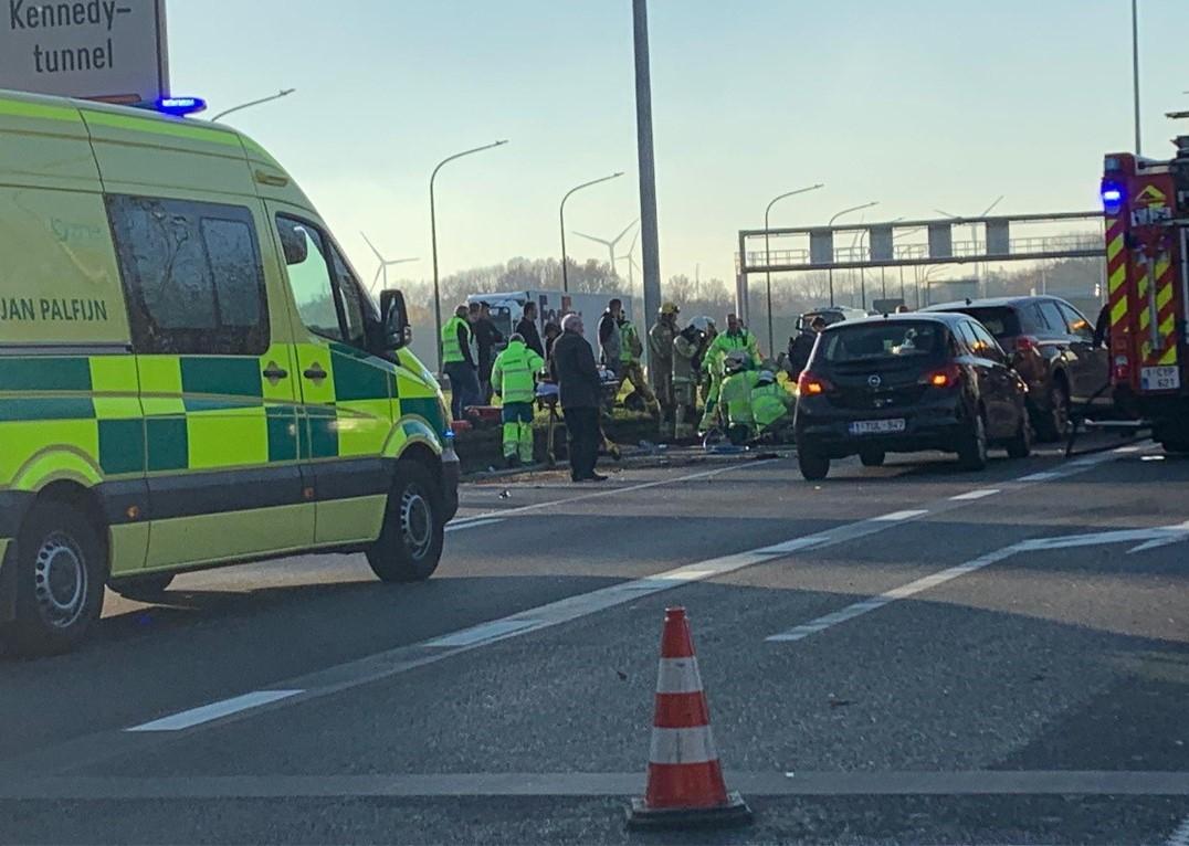 """Tien kilometer file door ongeval op E19: """"Vermijd de omgeving"""""""