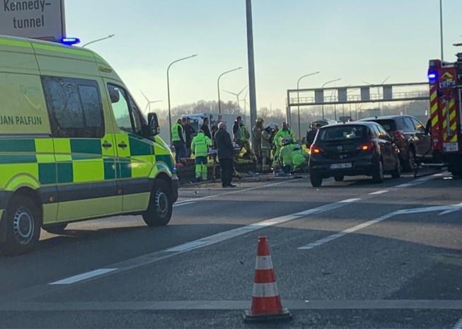 Ongeval met auto, vrachtwagen en bus leidt tot lange file