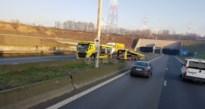 Bestuurders moeten zwaar in de remmen voor vrachtwagen die U-turn maakt aan Beverentunnel