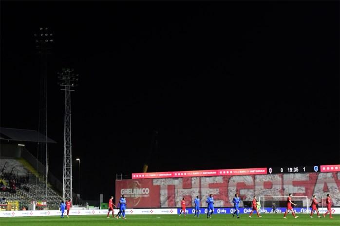 Bosuil gehuld in de nacht: bekermatch Antwerp-Genk tien minuten stilgelegd door falende lichtmasten