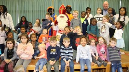 Wielervrienden helpen Sinterklaas cadeaus voor kansarme kinderen te kopen