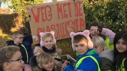 """Leerlingen Heilige Familie maken weg en kanaal vrij voor Sinterklaas: """"Weg met die plasticsoep"""""""