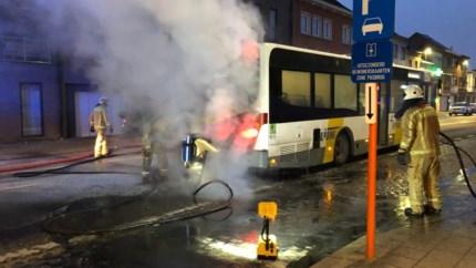 Lijnbus vat vuur in Nekkerspoelstraat