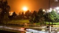 Vijftien meter hoge vlammen verlichten de nacht na gecontroleerde gasverbranding