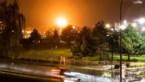 15 meter hoge vlammen verlichten de nacht na gasverbranding