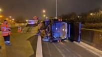 Bestelwagen belandt op zijkant op afrit Borgerhout van Antwerpse Ring