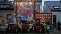 29.000 kroonkurken vormen indrukwekkende kersttruck op gevel van café
