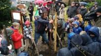 Kinderen Larum helpen klimaatspijbelaars van het eerste uur met planten van miljoenste Behaag onze Kempen-boom