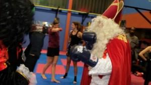 """Sint trekt bokshandschoenen aan: """"Tijd voor Gentleman boxing, probeer het ook maar"""""""