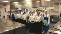 Jonge keukenpieten steunen Help Brandwonden Kids met stoofvlees en frietjes