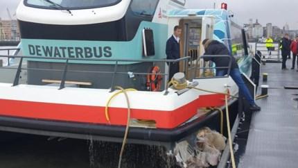 Waterbus botst tegen steiger: veertien gewonden