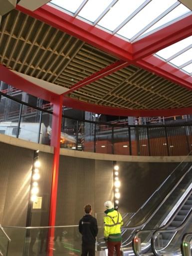 Plafond van pas geopende lichtkoepel aan station Opera komt deels naar beneden