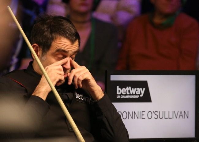 Ronnie O'Sullivan naar tweede ronde in Scottish Open ondanks banaanbal naast tafel