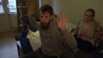 Politie valt binnen in verkeerde woning, Jelle en Ines beleven schrik van hun leven