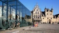 Bode op stadhuis dealt drugs na zijn uren