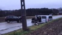 Twee wagens frontaal gebotst: vijf gewonden