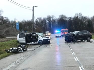 """Vijf gewonden na frontale botsing op Hulshoutsesteenweg: """"Bijna was ik op de wrakken ingereden"""""""