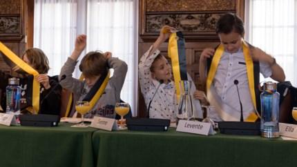 Kindergemeenteraad paradeert met officiële sjerp