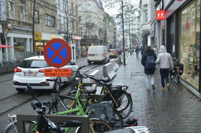 Stad plaatst betonblokken op parkeerplaatsen in Nationalestraat om shoppen aangenamer te maken