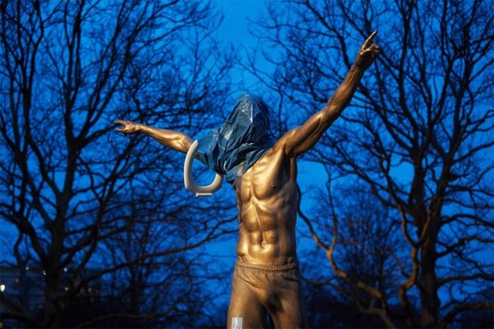 Een strop om de nek en de voeten doorgezaagd: standbeeld Zlatan Ibrahimovic dreigt in te storten