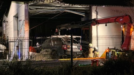 """Range Rover over spoorweg in gevel van bedrijf gekatapulteerd: """"In 37 jaar nog nooit meegemaakt"""""""