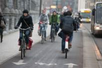 Antwerpse politie deelt 89 fietslichtjes uit aan fietsers