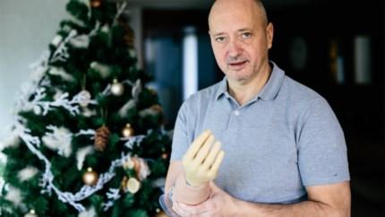 """Roman krijgt robothand na amputatie van verlamde arm: """"Na negen jaar eindelijk mijn vingers openen en sluiten"""""""