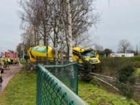Betonmixer komt tot stilstand tegen rij bomen