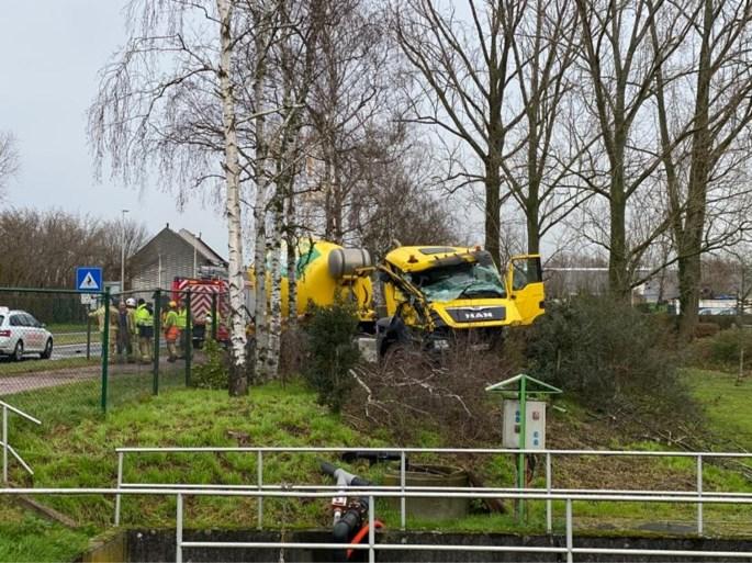 Betonmixer crasht tegen rij bomen