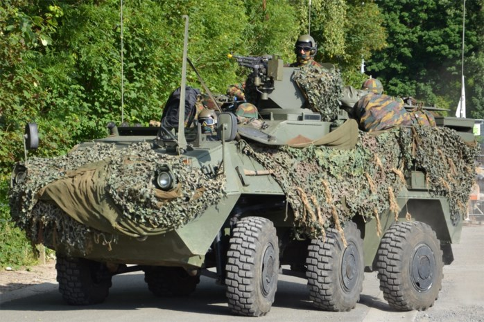 """De """"rijdende doodskisten"""" van Defensie: chauffeur mag niet groter zijn dan 1,68 meter"""