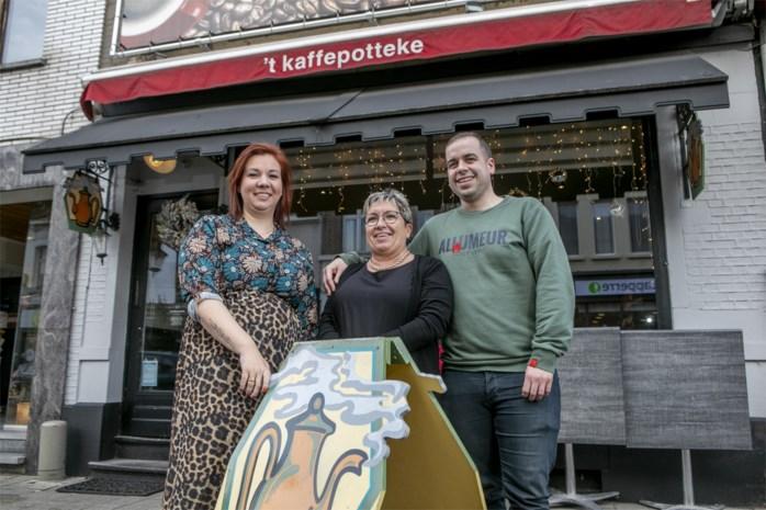 """Bernadette geeft na twintig jaar fakkel van 't Kaffepotteke door aan zoon: """"Al van kinds af zijn grote droom"""""""