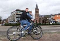 Twee vrienden fietsen in één nacht door alle straten in Merksplas, goed voor tocht van 214 km