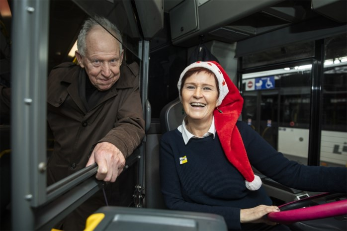 """De Lijn-chauffeur Viviane deelt ieder jaar kerstkaartjes uit aan reizigers: """"Ik heb echte vrienden gemaakt op de bus"""""""