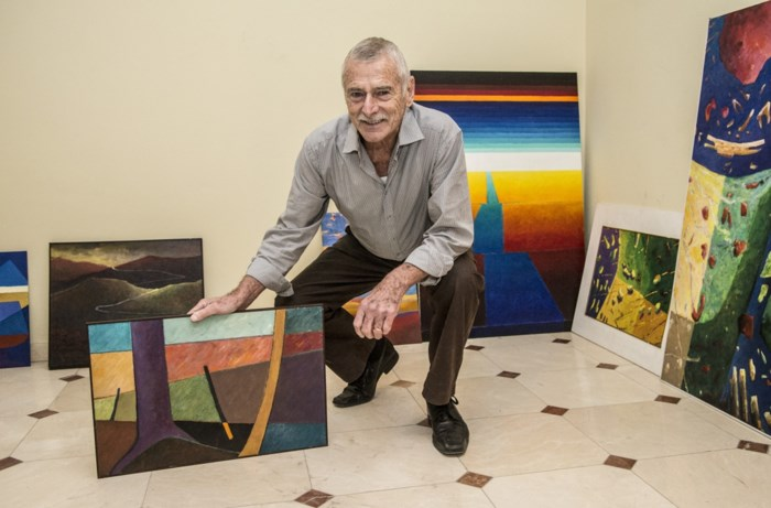 """Schilder Fred Sels verkoopt honderd schilderijen aan spotprijzen: """"Moeilijk om er afscheid van te nemen"""""""