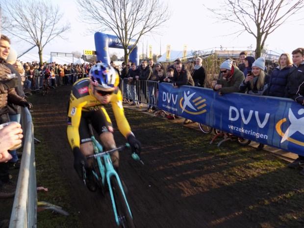"""Duizenden supporters onthalen Wout van Aert als held in het veld: """"En nu weer Belgisch kampioen worden"""""""
