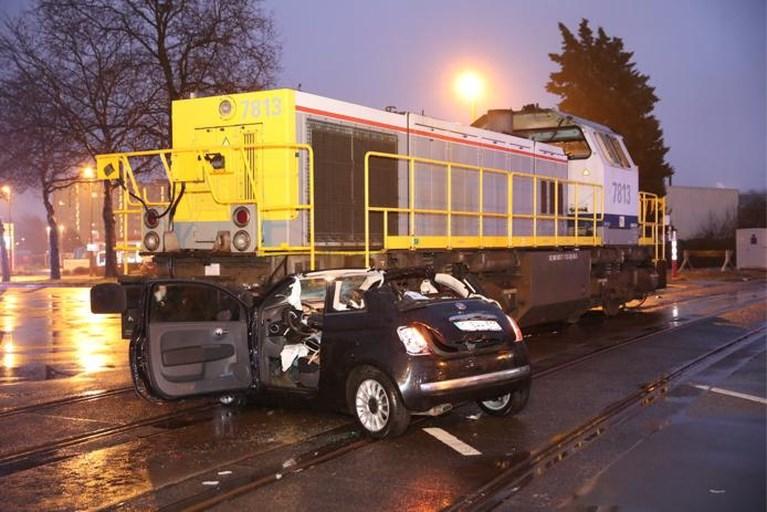 Auto belandt onder locomotief: bestuurder gekneld