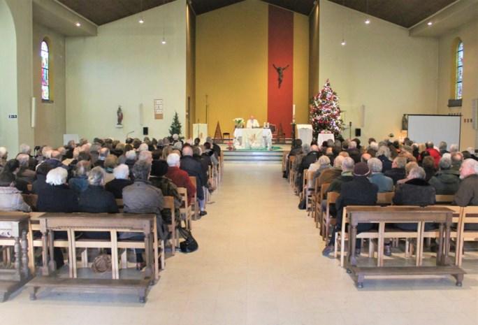 """Laatste misviering in kerk van Battel lokt veel volk: """"Met pijn in het hart, maar de kerk is in goede handen"""""""