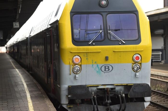 Trein met 100 reizigers tweetal uur geblokkeerd door beschadigde bovenleiding