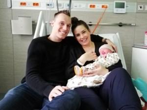 """Debbie en Nils verwelkomen tweede zoontje op nieuwjaarsdag: """"Joe heeft op het nieuwe jaar gewacht"""""""