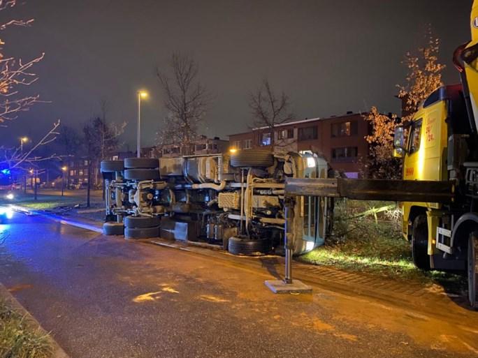 Vrachtwagen geladen met 26 ton oud papier kantelt in Wilrijk