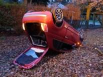 Bestuurder verliest controle over het stuur, auto gaat over de kop