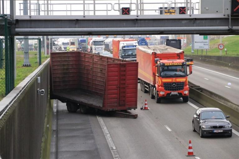 Opmerkelijk ongeval aan Liefkenshoektunnel: vrachtwagen verliest aanhangwagen
