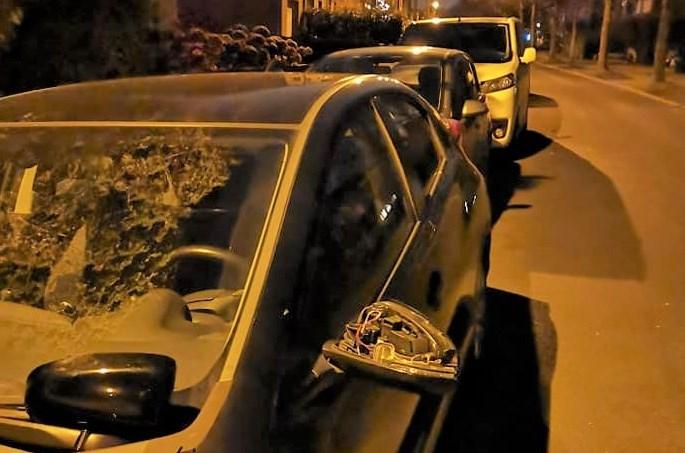 """Vandaal trapt spiegels van auto's: """"Ik hoop dat het rustig blijft in ons dorpje"""""""