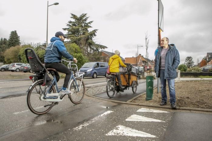 """Fietsers hekelen uitvoering werken aan Bouwelsesteenweg: """"Nieuw fietspad is ware ramp voor rug, gat en kersen"""""""