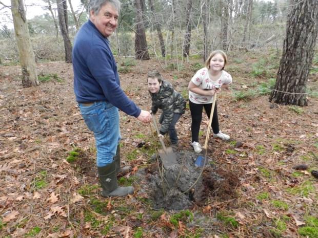 Leerlingen Reuzepas planten struiken aan in natuurgebied Zwart Goor