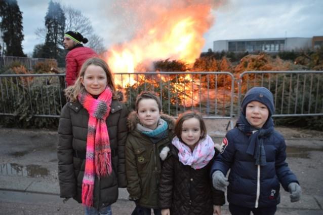 Harmonie steekt kerstbomen in brand
