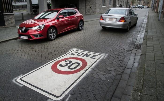 Geen verkeerskussens in centrum: grote stickers op het wegdek bakenen zone 30 af